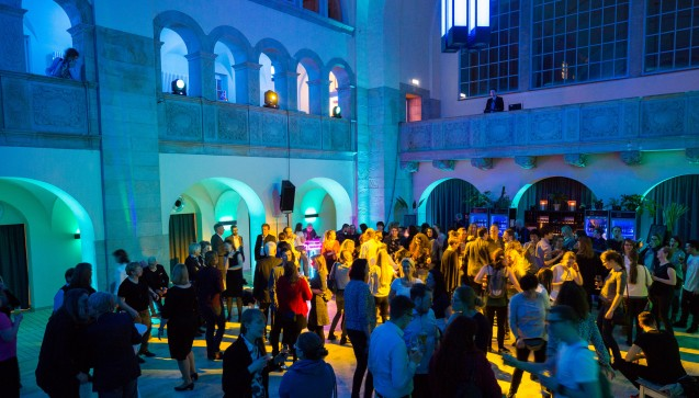 Die Party-Teilnehmer tanzten bis in die Morgenstunden.