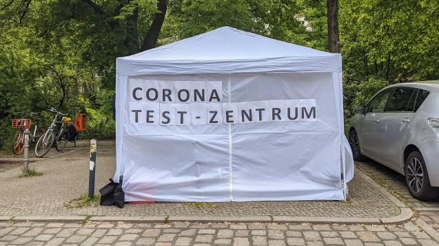 Testzentren schießen allerorten, so wie hier in Berlin, wie Pilze aus dem Boden. Kontrolliert werden sie nicht wirklich. (c / Foto: IMAGO / Ralf Pollack)