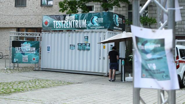 Bescheinigungen von kommerziellen Testzentren sollen in Hamburg künftig nicht mehr anerkannt werden. In der Hansestadt legt man die Verantwortung hierfür allein in die Hände von Fachpersonal. (Foto: IMAGO / Hanno Bode)
