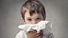 Bei stark verstopfter Nase können abschwellende Nasensprays den kleinen Apothekenkunden zusätzlich Linderung verschaffen. (Foto: olly / Fotolia)