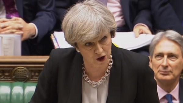 Theresa May verteidigt Honorarkürzung für Apotheker