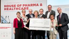 Unter anderem der hessische Gesundheitsminister Stefan Grüttner (3. v. l.), vfa-Hauptgeschäftsführerin Birgit Fischer (4. v.l.) und Manfred Schubert-Zsilavecz, Präsident des House of Pharma & Healthcare  (5. v.l) überreichten den Preis für ARMIN. (Foto: Andreas Henn)