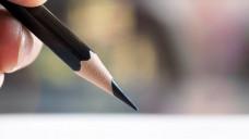 Kugelschreiber oder Bleistift? Blau oder rot? Gibt es Vorgaben, wie ein Rezept unterschrieben sein muss? (Foto: jakkaje8082 / stock.adobe.com)