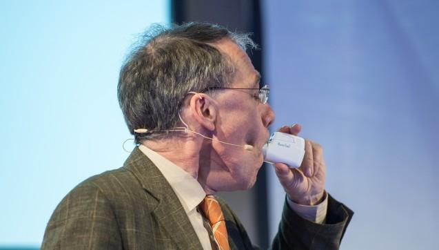 Anschauungsunterricht: Wie man Asthma-Devices richtig anwendet, erklärte Dr. Eric Martin auf dem Pädiatrie-Symposium nicht nur, sondern er zeigte es auch.