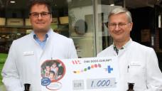 """Ganze 1000 Euro für """"Eine Dosis Zukunft"""" kamen im Herbst durch den Verkauf historischer Apothekengefäße in der Halterner Bären-Apotheke zusammen. (Foto: AKWL)"""