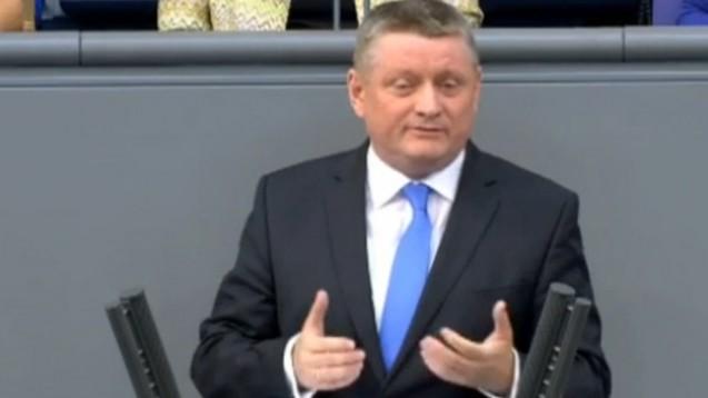 Bei der Haushaltsdebatte dankte Gröhe allen Helfern für ihren Einsatz für Flüchtlinge. (Screen: Deutscher Bundestag)
