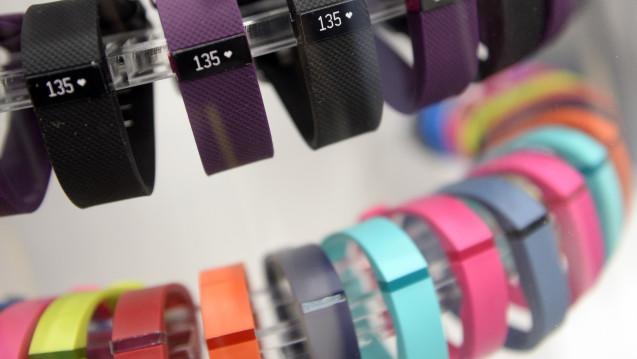 Acht Prozent aller Deutschen besitzen einer Untersuchung zufolge ein Fitness-Armband, das ihre Aktivitäten aufzeichnet. (Foto: dpa)